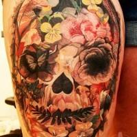 messicano nativo tradizionale colorato cranio con fiori tatuaggio su coscia