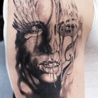 Traditionellstil mexikanisch Schulter Tattoo der Frau mit Feder