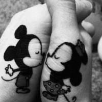 simpatici topolini amicizia si bacciono tatuaggio sulle mani