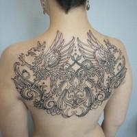 Spiegelgleiche Greifs Tattoo am Rücken des Mädchens