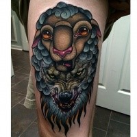 Modernes farbiges Oberschenkel Tattoo des bösen Wolfs mit Schafe