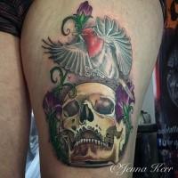 Stile moderno colorato dipinto da Jenna Kerr tatuaggio della coscia del cranio bug con colibrì e fiori