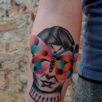 Traditionellstil modern farbiger Unterarm Tattoo des Fraukopfes und Schmetterling