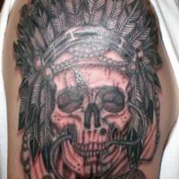 tema musicale grande nero e bianco cranio indiano con microfono tatuaggio su spalla