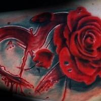 mistico grande cuore rosso in sangue con rosa tatuaggio su braccio