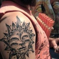 mistico sole con due coppie di occhi stilizzato tatuaggio su spalla