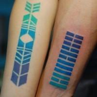 mistico tribale colorato ornamento tatuaggio su braccio
