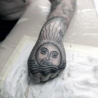 mistico stile tribale sole sulle onde tatuaggio su pugno