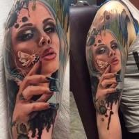 Natürlich aussehend farbige Oberarm Tattoo der Frau mit Schmetterlinge