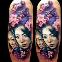 Natürliche Farb-Tattoo auf der Schulter mit japanischen Frauen und blühenden Blumen