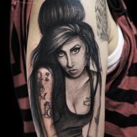Tatuaje en el brazo, retrato conmemorativo de Amy Winehouse