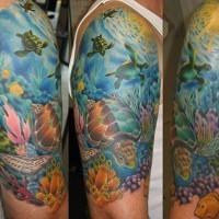 naturale eccezionale  colorato mondo marino con tartaruge tatuaggio a mezza manica