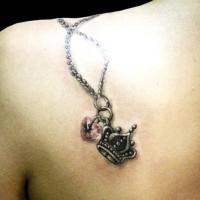 corona e cuore sulla catena tatuaggio sulla scapola