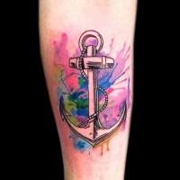Tatuaje en el antebrazo, ancla estupenda con manchas de pintura multicolores