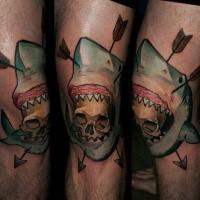 Neo traditionelles farbiges Knie Tattoo von Hai mit Pfeilen und Schädel