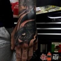 Neue Schule Stil schwarzes menschliches Auge Tattoo an der Hand