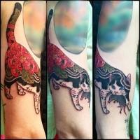 Nuovo tatuaggio colorato in stile scuola del gatto Manmon con spada samurai