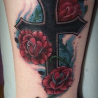 carino croce nero con rose rosse tatuaggio