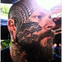bel tatuaggio polinesiano su faccia