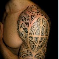 bello nero polinesiano tatuaggio sulla spalla