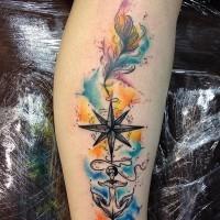 Tatuaje en la pierna, compás con ancla negros con pluma abigarrada