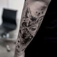 Bonito tatuaje combinado con brazo negro de tinta de cara de lobo con ojo de mujer