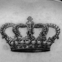 bella corona tatuaggio sulla schiena