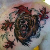 Schön gestalteter und farbiger großer brauner Bär mit Ahornblätter Tattoo an der Brust