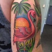 Tatuaje en el brazo, flamenco lindo con palmera y puesta del sol