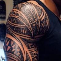 Schönes Maoritattoo auf der Schulter