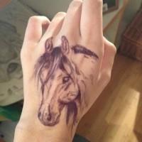 Tatuaje en la mano,  caballo lindo blanco