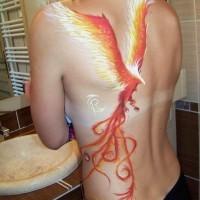 Tatuaggio carino sulla schiena l'uccello colorato