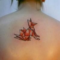Tatuaggio carino geometrico sulla schiena  la volpe in stile origami