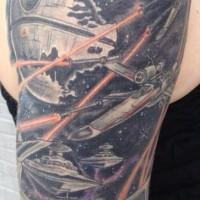 Tatuaje en el brazo, película la guerra de las galaxias, dibujo negro blanco