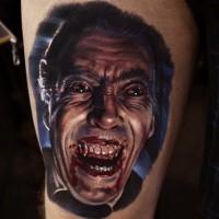 vecchio film orrore colorato Dracula vampiro tatuaggio su coscia