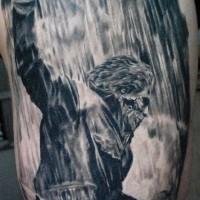 vecchio film orrore mostro maniaco con coltello tatuaggio su coscia