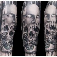 vecchio film orrore stile nero e bianco raccapricciante cranio con maschera e occhio tatuaggio avambraccio