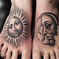 vecchia scuola grigio nero sole e luna tatuaggio su piedi