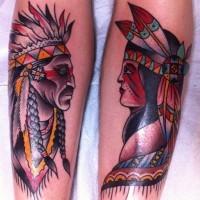 Oldschool farbiges großes indianisches Paar Tattoo an den Beine