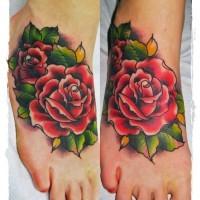 vecchia scuola colorato grande rose tatuaggio su piede