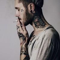 Tatuaje en el cuello, cuervo con cráneo oscuros