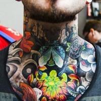 Tatuaje en el cuello, escarabajo con crisantemo brillante, estilo old school