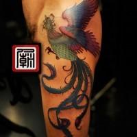 Oldschool großer gefärbter Phoenix Vogel Tattoo am halben Ärmel
