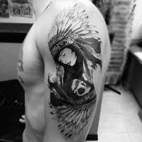Oldschool Stil schwarzes und weißes dramatisches indianisches Tattoo an der Schulter