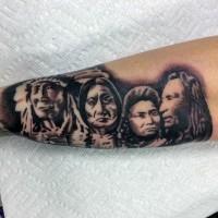 Oldschool Stil schwarze und weiße verschiedene indianische Porträts Tattoo
