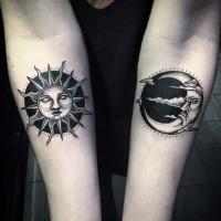 Tatuaje en el antebrazo, sol y luna misteriosos  con caras