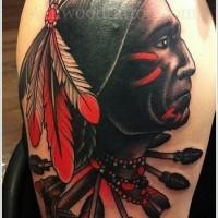 Oldschool Stil farbiges amerikanisches Indianer Porträt Tattoo an der Schulter mit Pfeilen und Axt