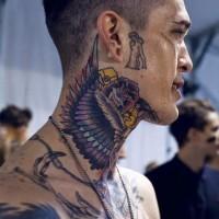 Tatuaje en el cuello, alas magníficas con flores
