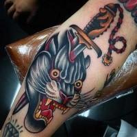 Oldschool Stil farbiges Unterarm Tattoo von schwarzem Panther mit blutigem Dolch