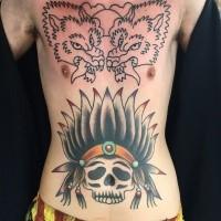 Oldschool Stil gefärbter Indianers Schädel Tattoo am Bauch
